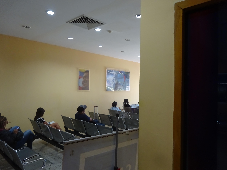 """Ein Foto aus dem Flughafen Barquesimetos, der von Chavez verstaatlicht wurde. An der Wand die obligatorischen Portraits des """"ewigen Kommandaten"""""""